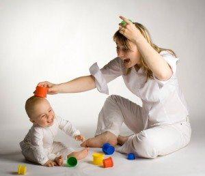 madre-jugando-bebe
