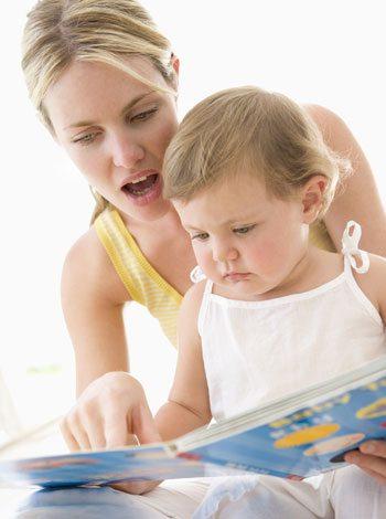 madre lee cuentos a hijo (1)