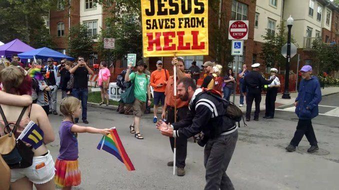 niña enfrenta a homofobo