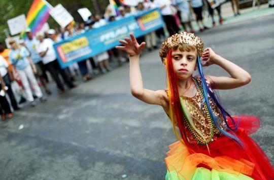 niño en mani gay