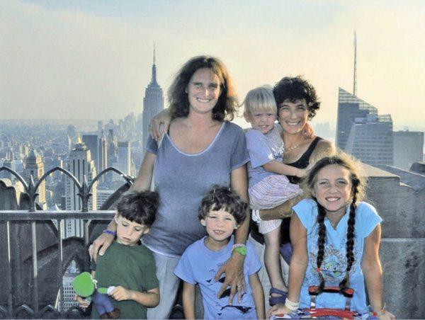 Francesca Pardi junto a su mujer y sus cuatro hijos