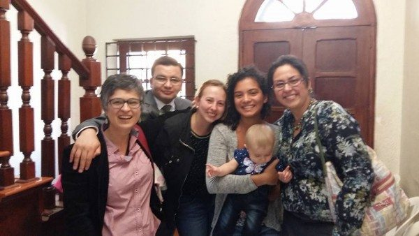 Carla y Juliana junto a su hija y miembros de Colombia Diversa