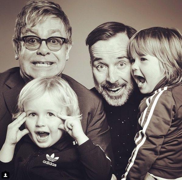 Elton John y David Furnish junto a sus hijos