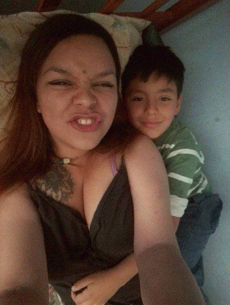 mamá maquilla a su hijo