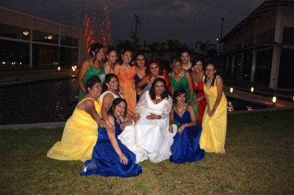 mujeres vestidas bandera gay