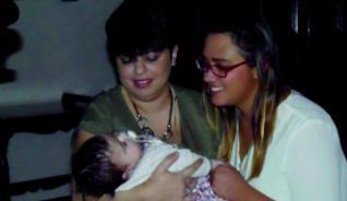 Las felices madres junto a la pequeña
