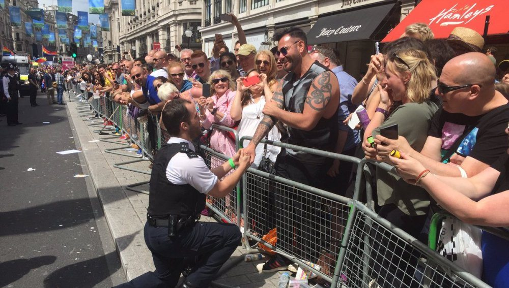 policia pide matrimonio gay