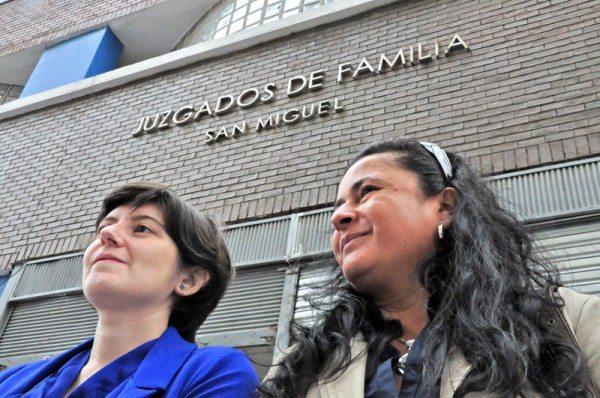 Jacqueline junto a la abogada del Movilh, Melisa Manfredi (de azul).