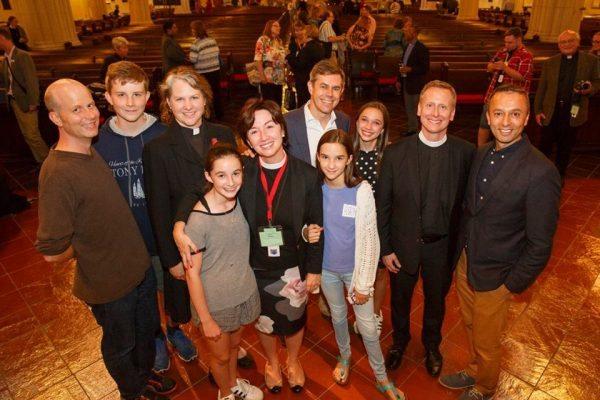 Kevin Robertson, junto a su marido y las otras dos obispos electas y sus familias.