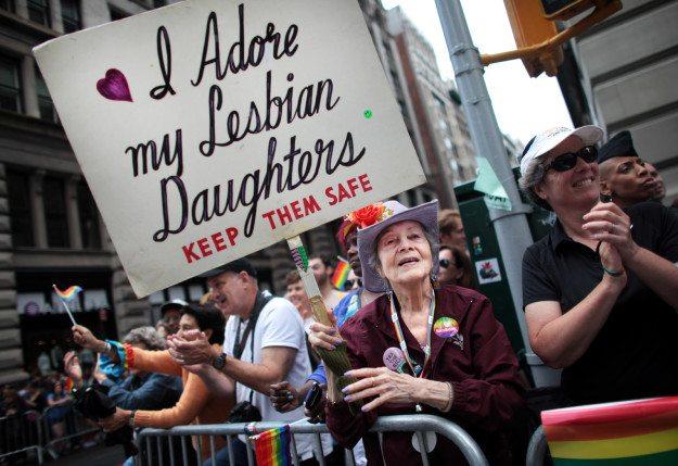 madre-apoya-a-su-hija-en-el-orgullo
