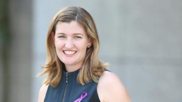 La ministra Shannon Fentiman