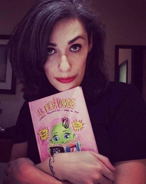 Roberta Marrero junto a su libro