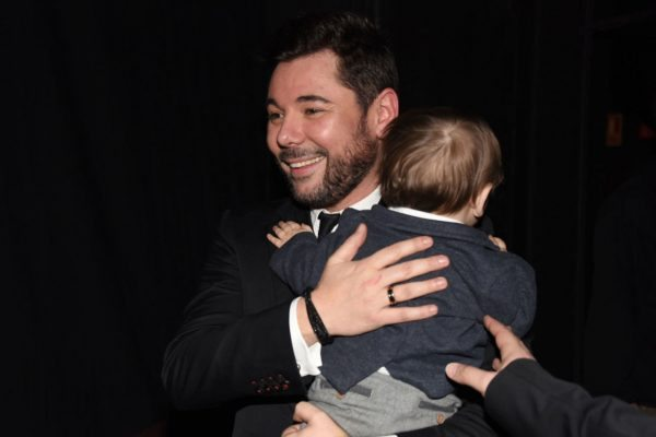 Miguel Poveda con su hijo en brazos tras una gala