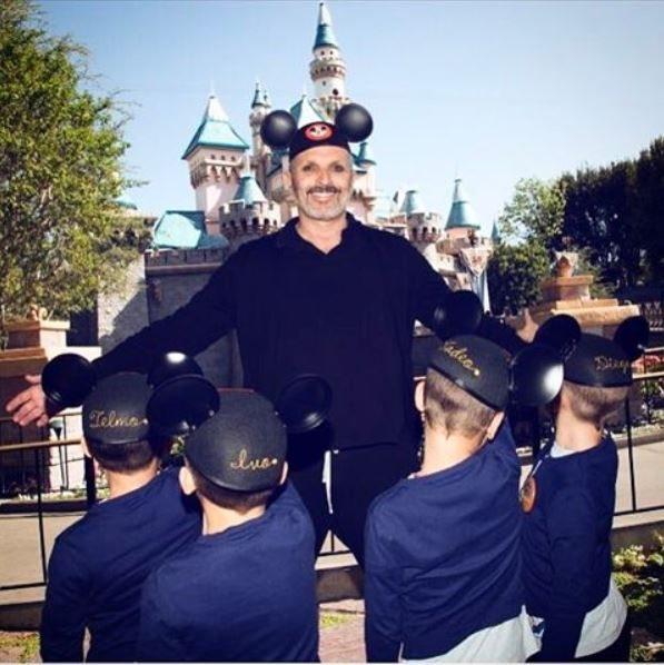 Miguel Bosé junto a sus cuatro hijos en Disneyland