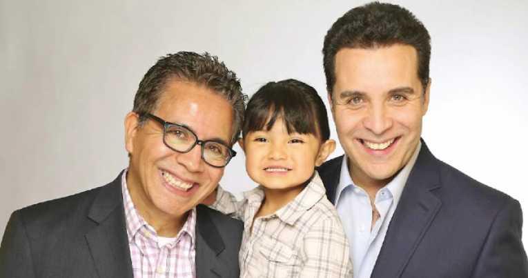pareja gay adopta