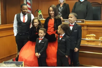 soltero gay adopta a 5 hermanos