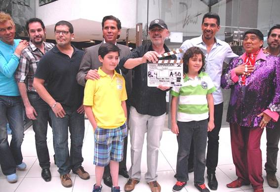 Los protagonistas de la película junto al director, Paco del Toro