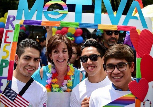 La embajadora de EEUU en México Roberta Jacobson acudió a la marcha en apoyo a la igualdad.
