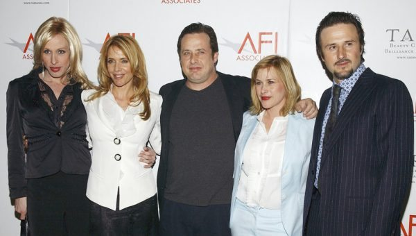 Alexis Arquette (izq.) junto a sus hermanos y amigos