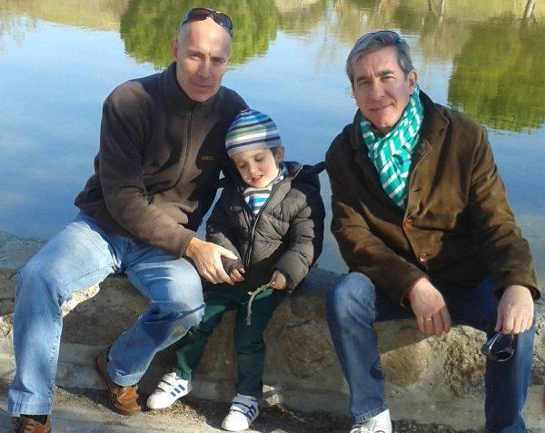 Son Nuestros Hijos. Pedro Fuentes junto a su marido y su hijo