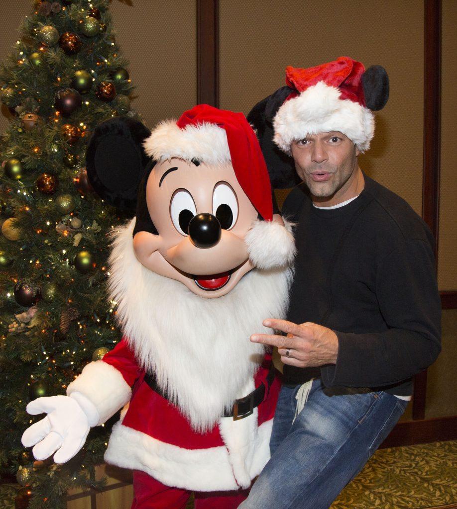 Ricky Martin junto al navideño Mickey Mouse