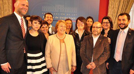 La presidenta, Bachelet, junto a miembros del Movilh