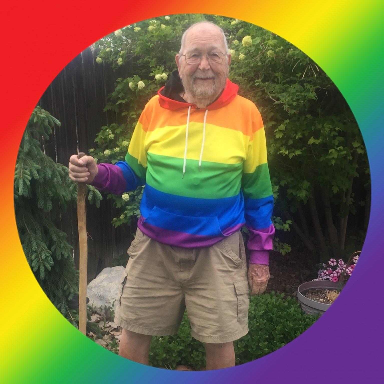 Abuelo de 90 años sale del armario